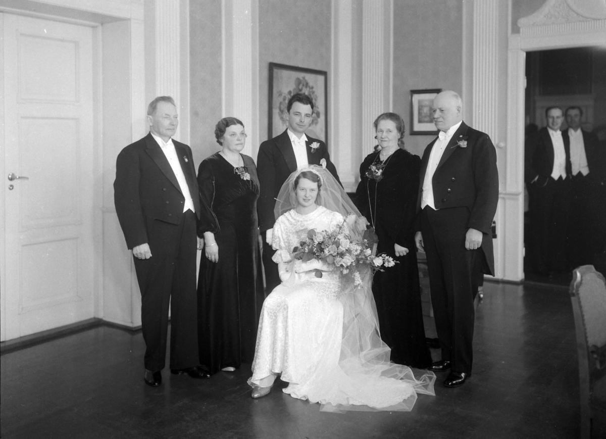 BRUDEBILDER, LEKTOR BERG, BRUDEPARET, GR: M/FAMILIEN, HJEMMEFOTO, INTR.