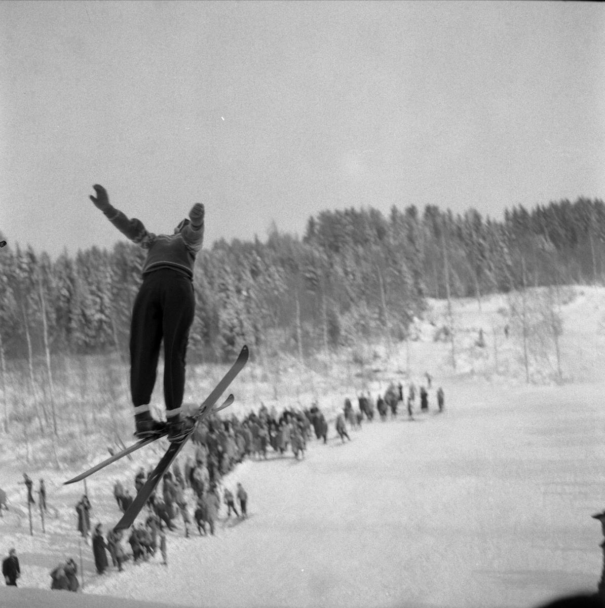 """Hopprenn i Revhibakken, """"Revhiet"""", Skøienbakken. Hoppbakke, skirenn, skihopper.  Se artikkel i Lautin 2011 av Arne Gunnar Barflo """"Hoppbakker i Løten"""" SE BOKA PÅ ET HUNDREDELS SEKUND, LØTEN OG OMEGN 1957-1964 I ORD OG BILDERAV HELGE REISTAD S. 123."""