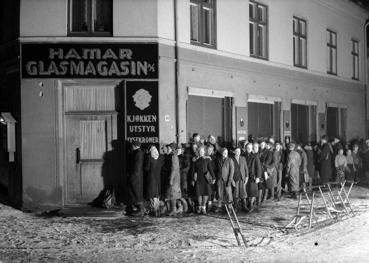 Koppekø under krigen. 23. 12. 1943. Strandgt. / Torggt. Hamar. Kl. 7 - 7. 30. Rasjonering, 2.verdenskrig, vinter, spark.
