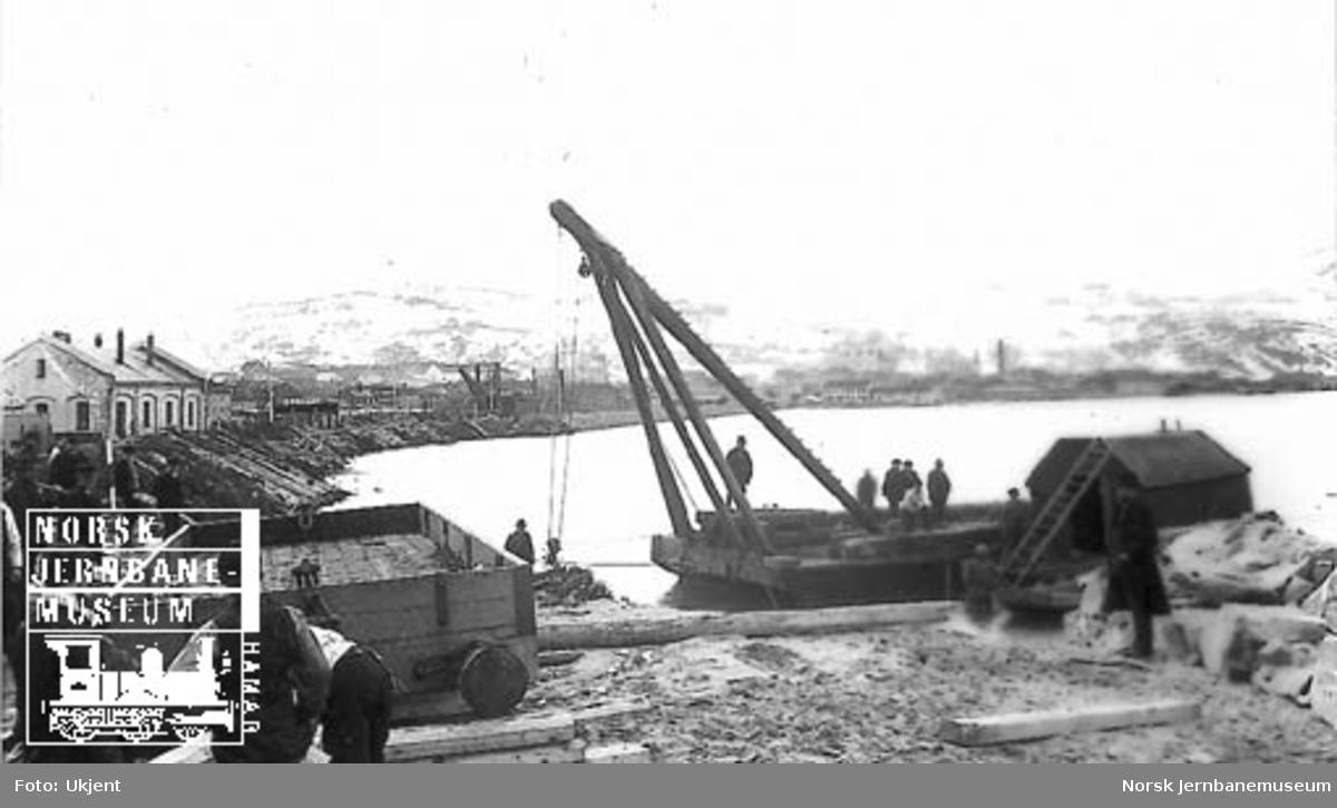 Masseutglidning på Trondheim vestre stasjonstomt, en flytekran har heist en godsvogn på land