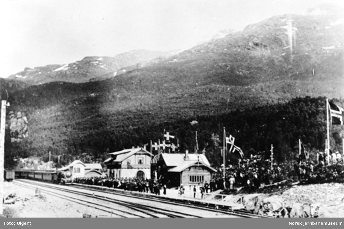 Ofotbanens åpning : åpningstoget ankommer Narvik stasjon