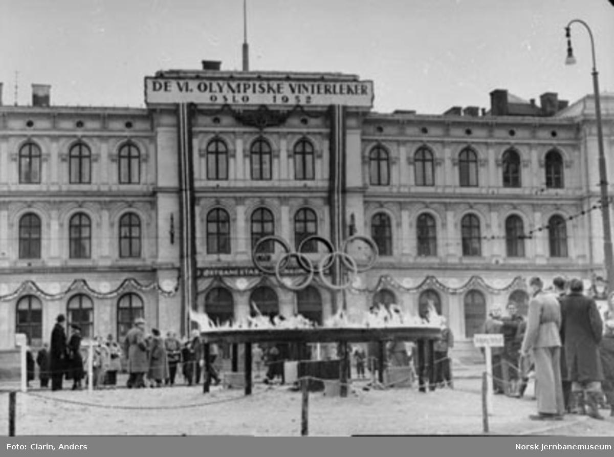 En pyntet Oslo Østbanestasjon under de olympiske leker i 1952, sett fra Jernbanetorget