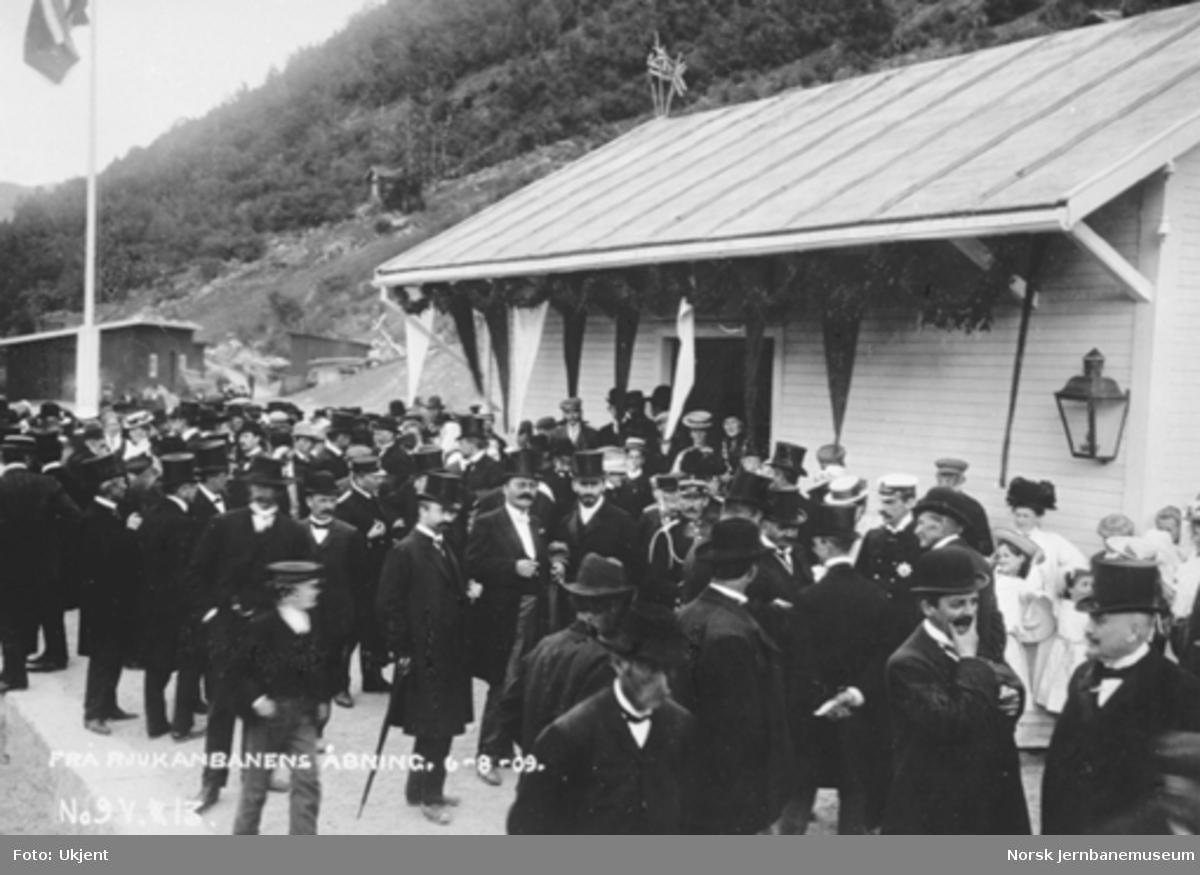 Festkledde mennesker på Mæl stasjon ved Rjukanbanens åpning