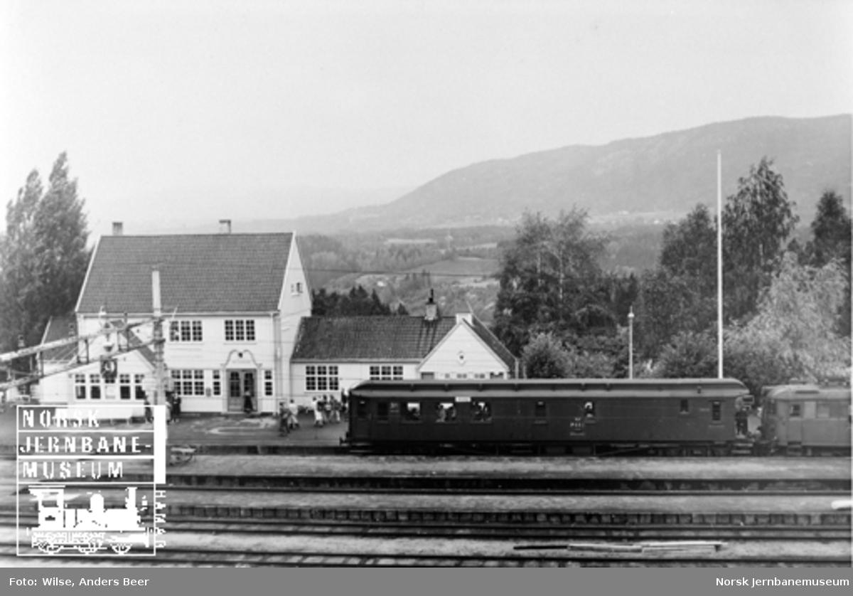 Nordagutu stasjon med motorvogntog med person-, post- og reisegodsvogn litra CDFo i spor 1