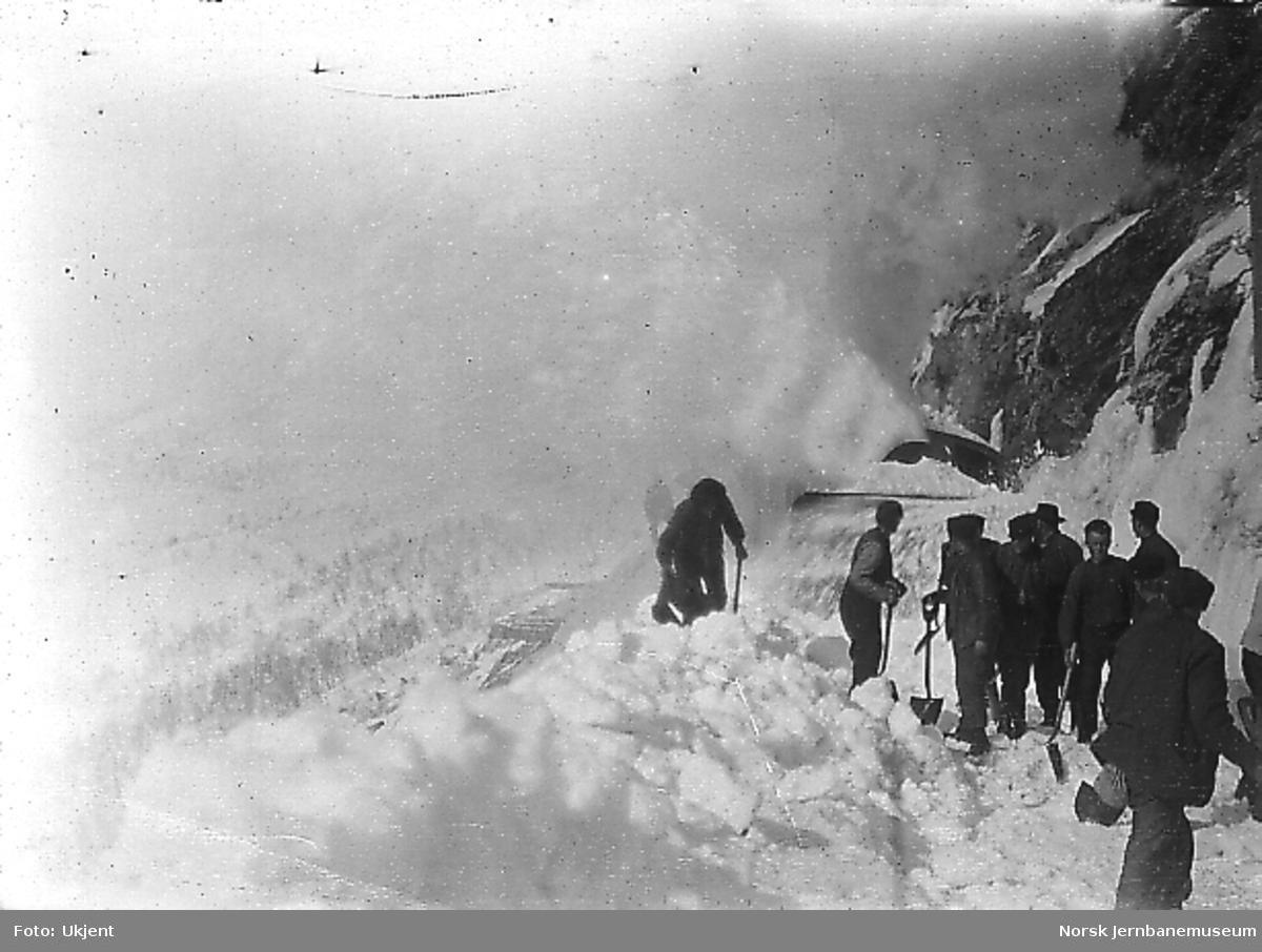 Roterende snøplog i arbeid vest for Kleivane tunnel, trolig under brøytingen av banen våren 1908