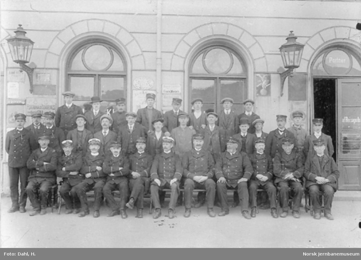 Gruppebilde av personalet på Drammen stasjon