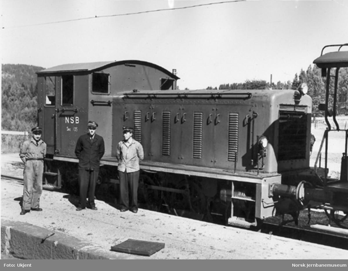 Skiftetraktor type 215 nr. 105 med tre jernbanefolk foran