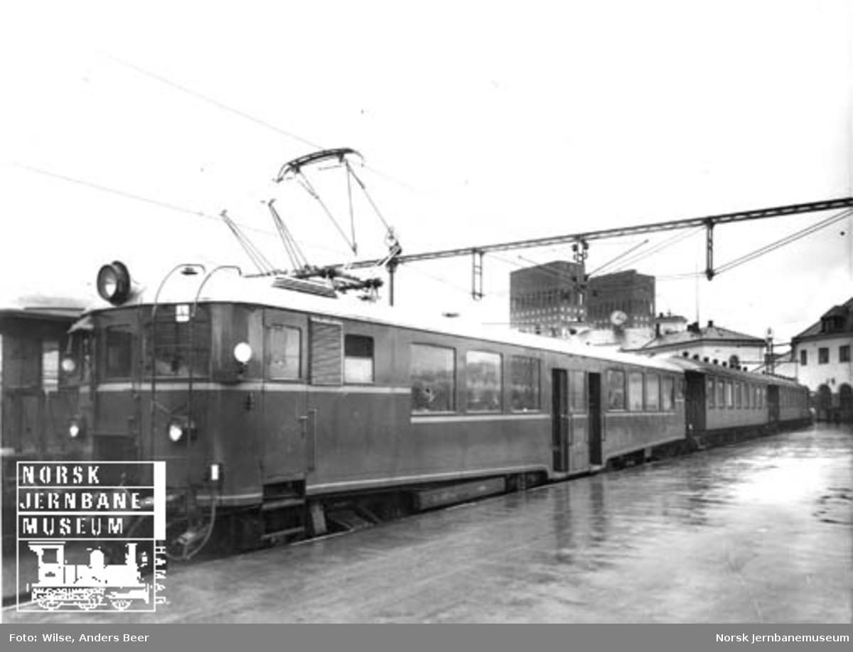 Elektrisk motorvogn type 105a (65a) nr. 18515 (65.15) med mellom- og styrevogn