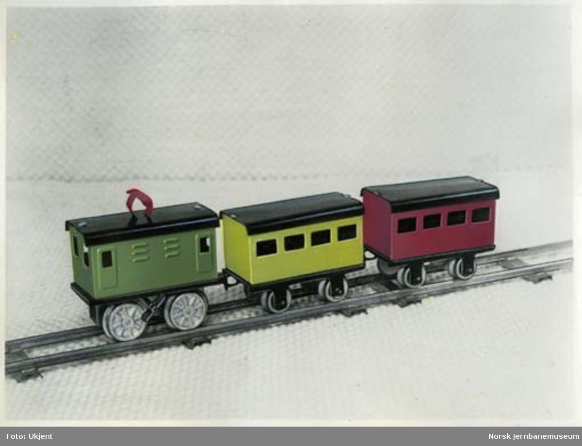 Leke : modell av elektrisk lokomotiv med tre vogner og stasjon