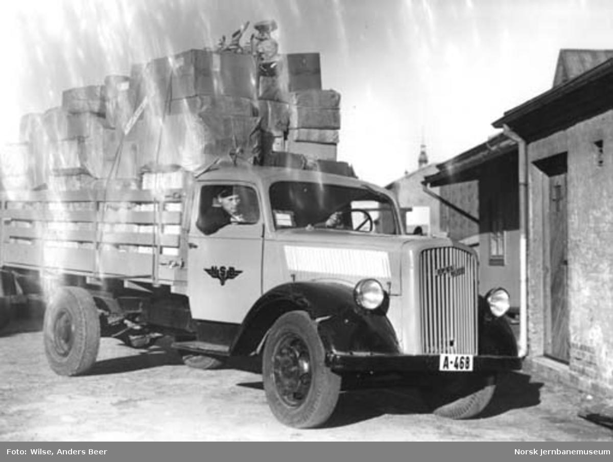 Godsutkjøring i Oslo med NSBs lastebil, en Opel Blitz med kjennemerke A-468