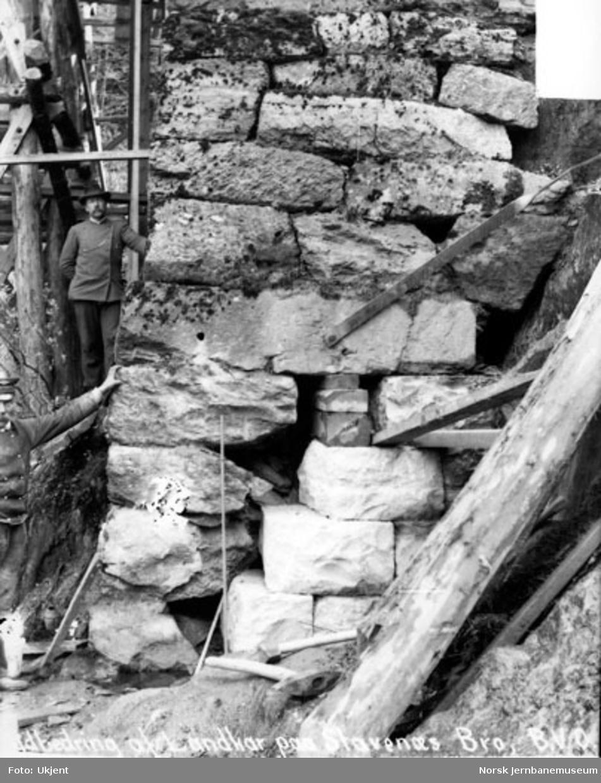 Vossebanens ombygging; utbedring av landkar for Stavenes bru