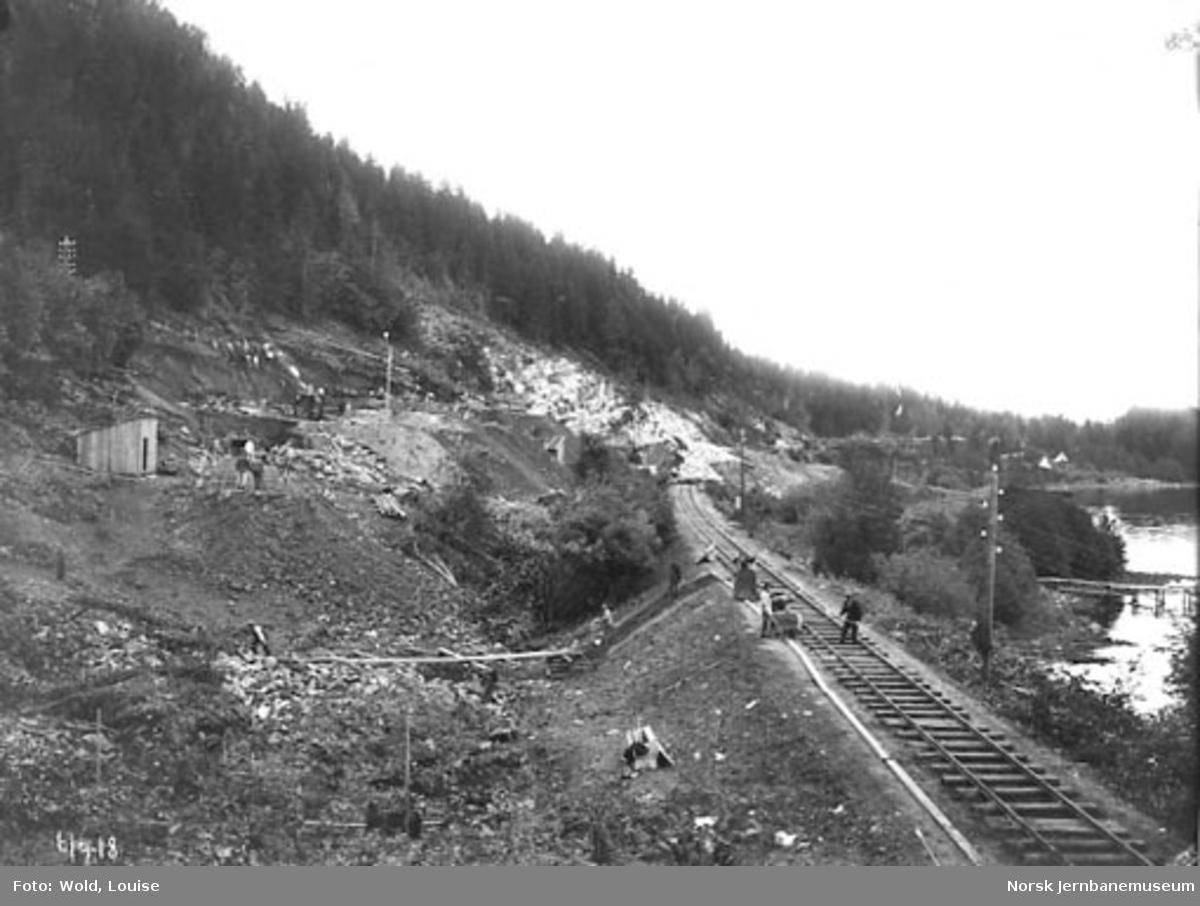 Smørstein-raset; arbeidet med provisorisk linje pågår, foto sørfra. Tog til Drammen på bortsiden av rasstedet.