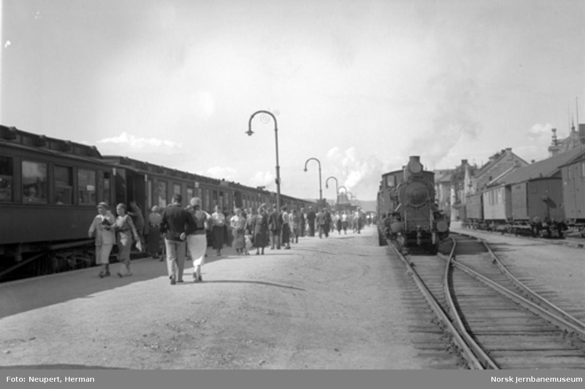 Hamar stasjon med tog på Eidsvoll-Dombåsbanen og Rørosbanen