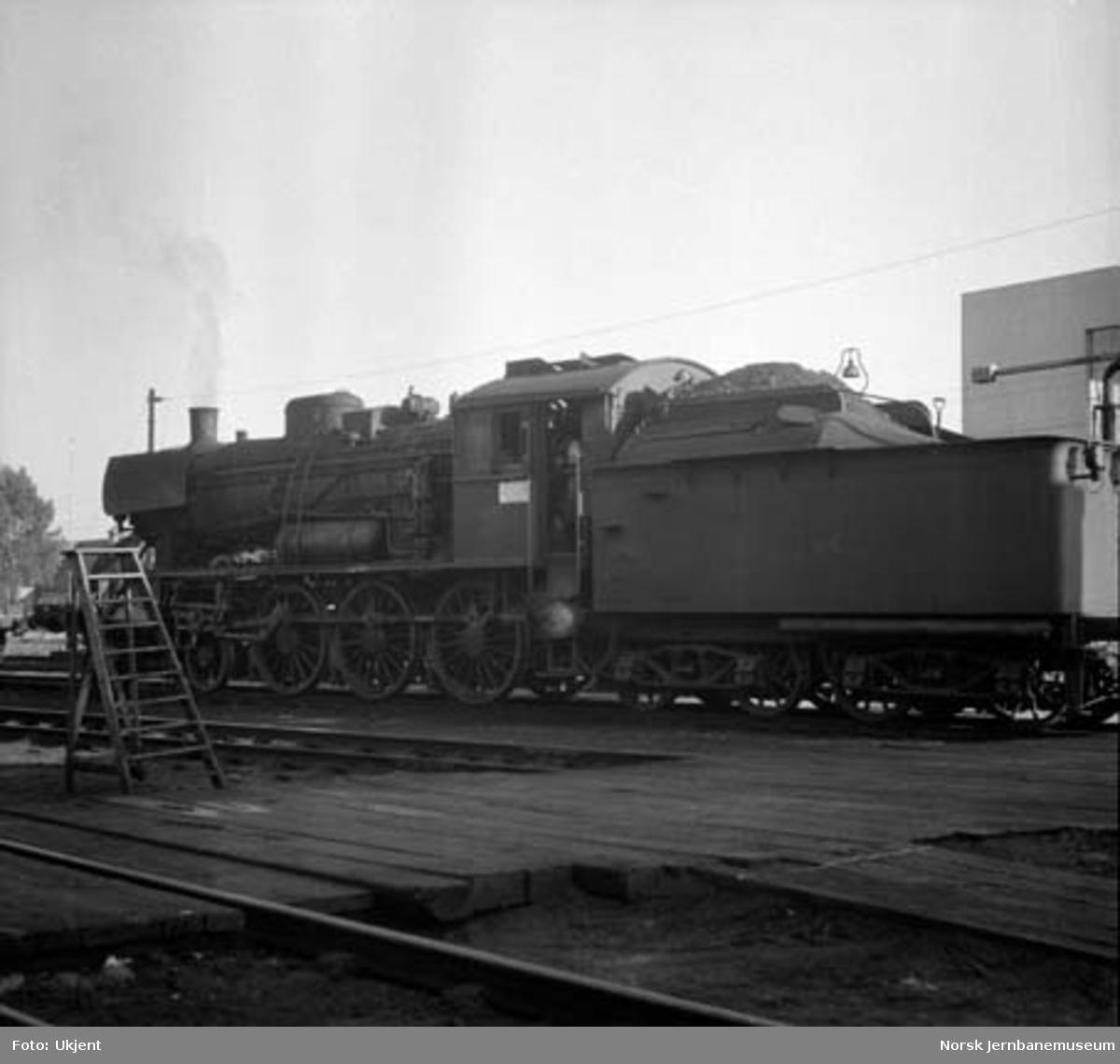 Damplokomotiv type 30a nr. 281 på Hamar stasjon