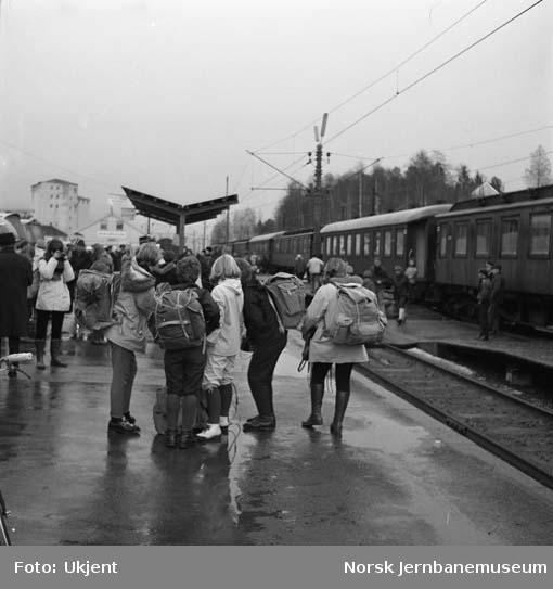 Reisende på Bø stasjon