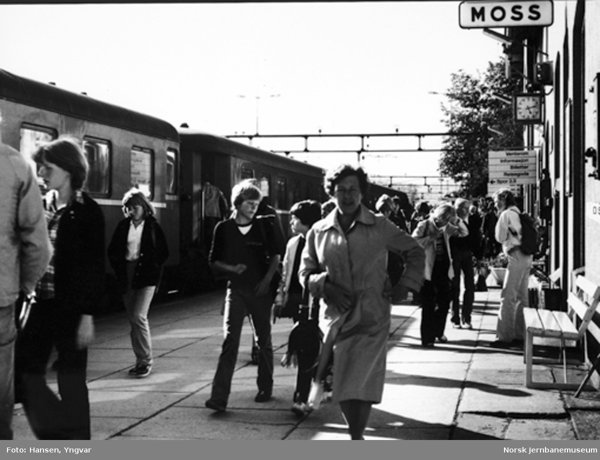 Reisende på Moss stasjon etter togankomst