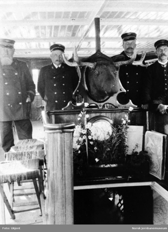 """Mannskapet på dampbåten """"Spirillen"""" ved nedgangen til salongen i båten"""