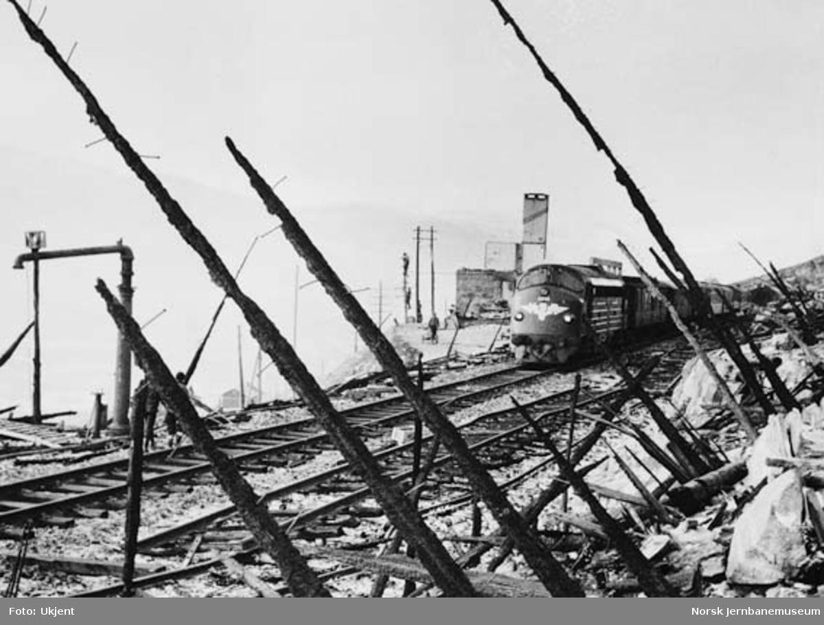 Hallingskeid stasjon etter brannen : østgående dagtog trukket av diesellokomotiv Di 3 616 passerer