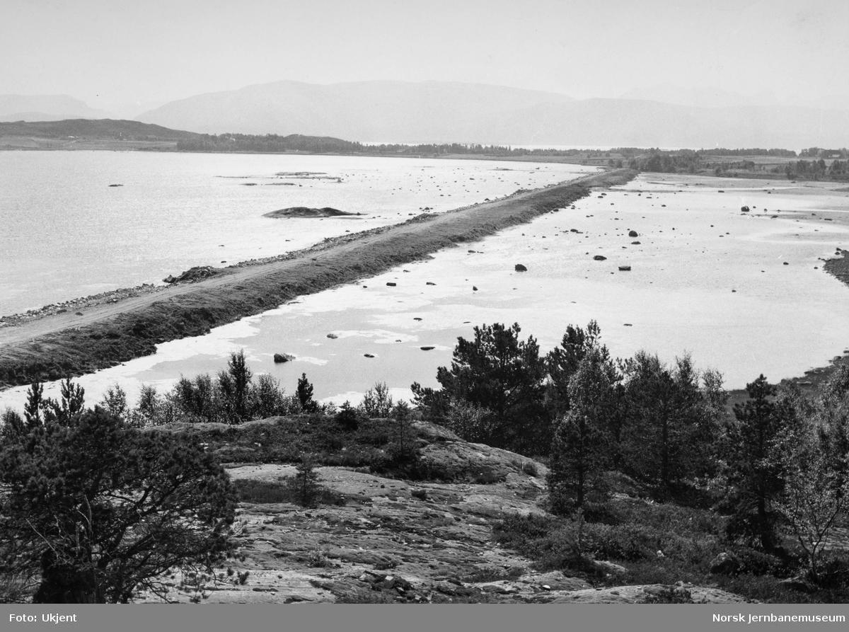 Jernbanefyllingen over Mjønesleira med Mjønes i bakgrunnen
