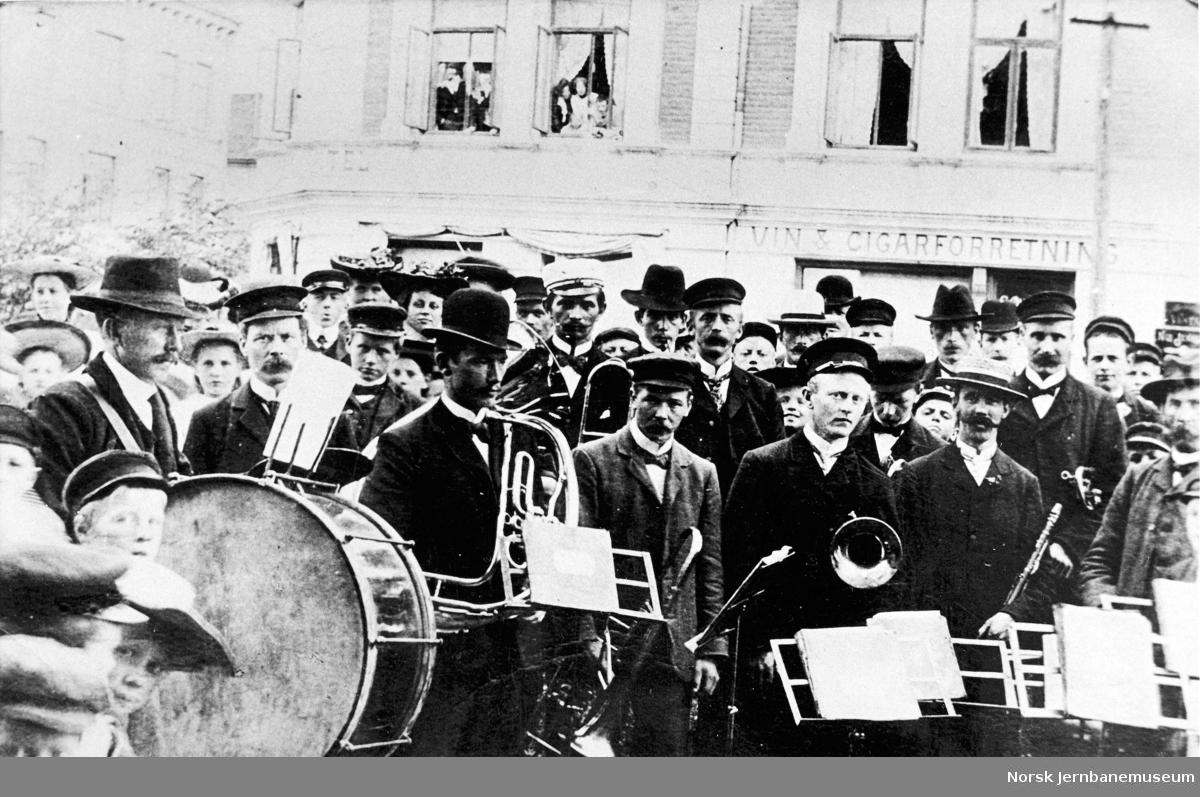 Jernbanens musikkorps i Hamar - 3die Distrikts Musikkor spiller på Jernbanenplassen
