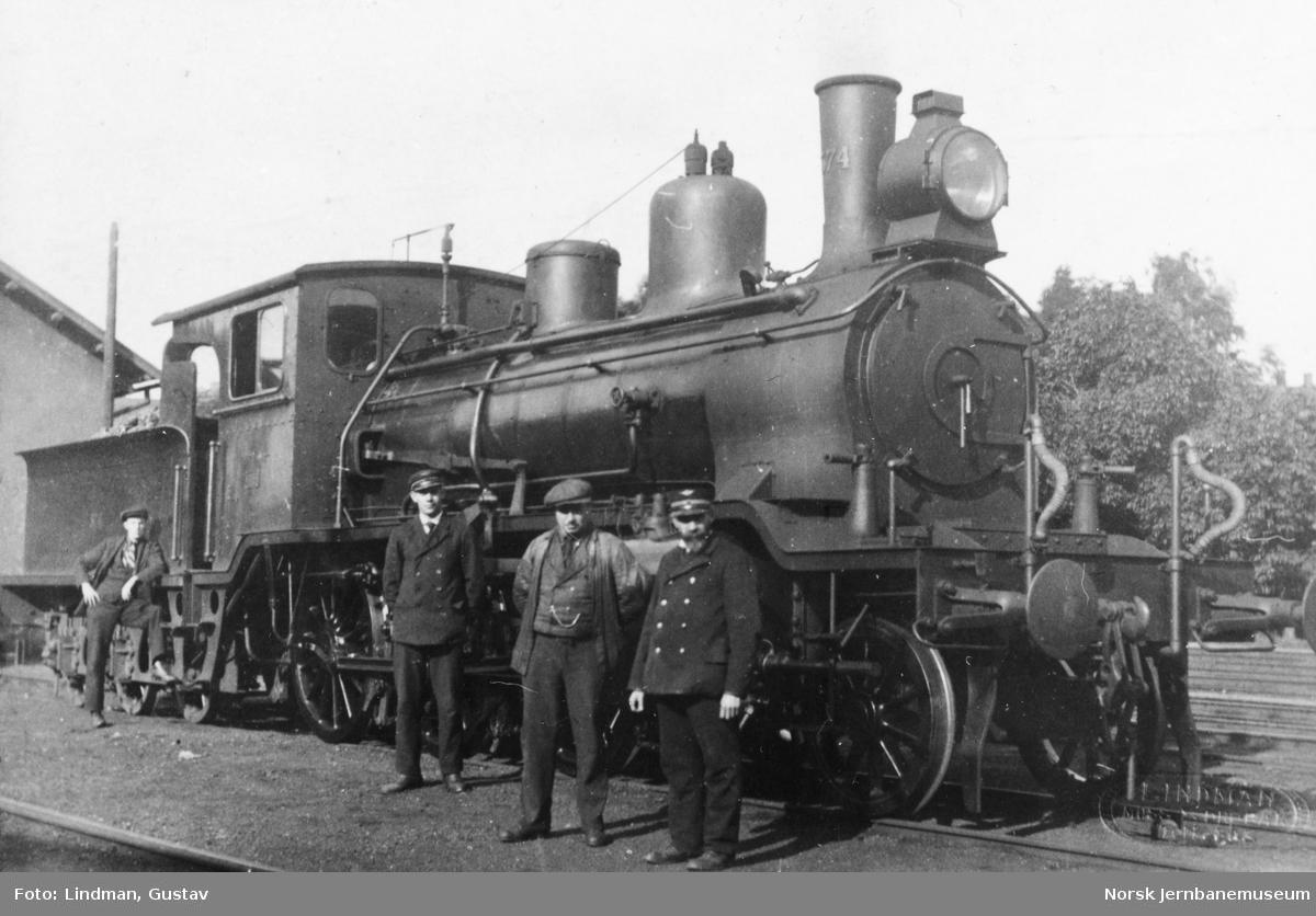 Damplokomotiv type 21c nr. 374 med personalet på Moss stasjon