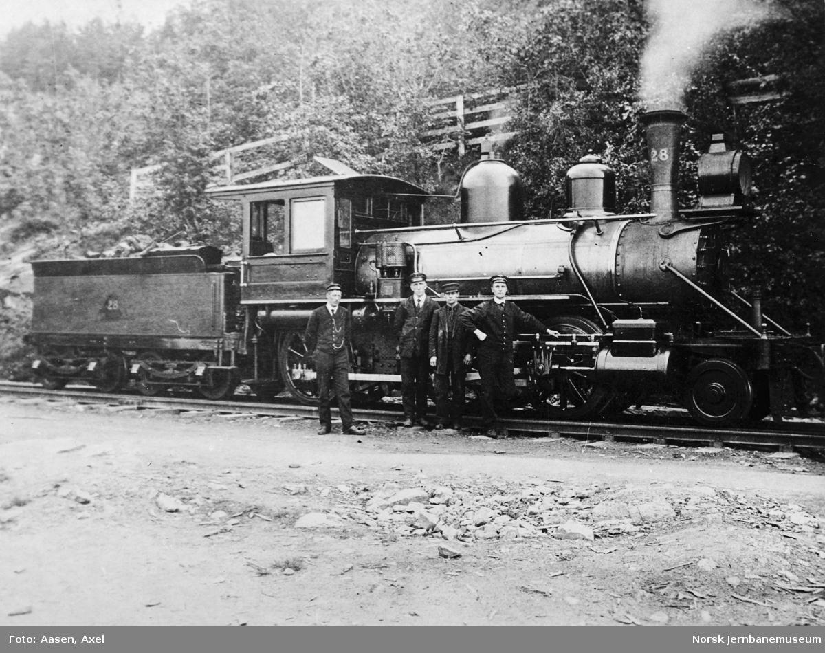 Damplokomotiv type XVIa nr. 28 med personale