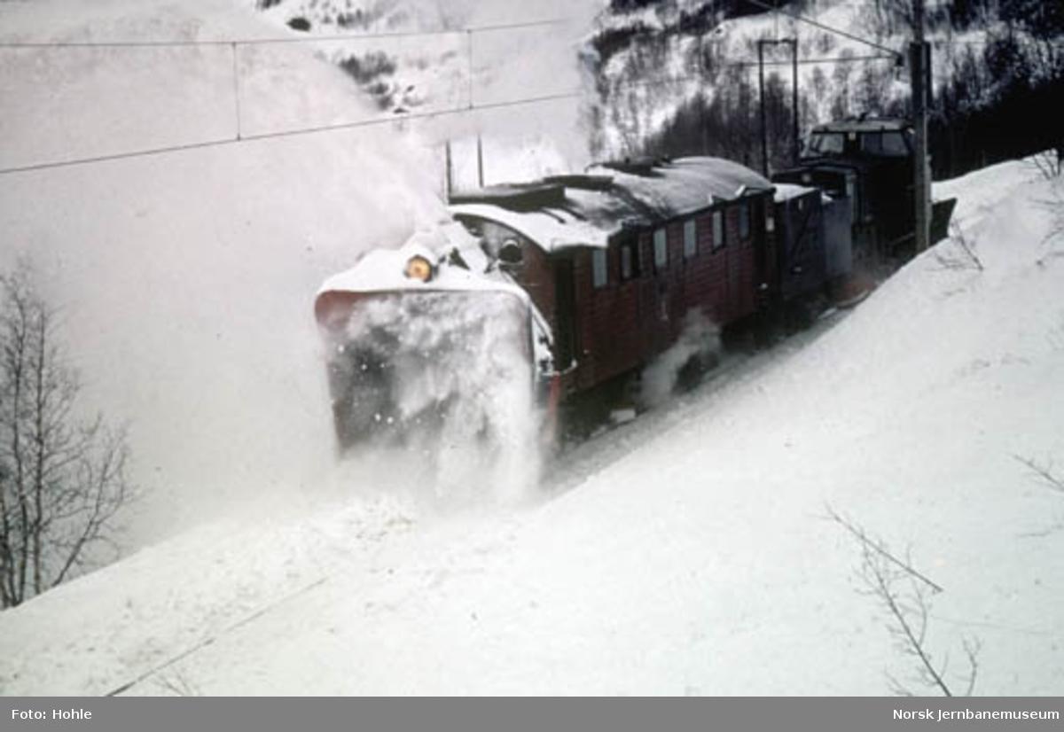 NSBs roterende snøplog nr. 4, skjøvet av diesellokomotiv type Di 2