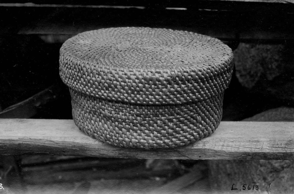"""Kurv med lokk, """"Tågoskja"""" i tegerarbeid. Arbeidet av Olav Rolleivsson Haaland. Kvinesdal, Vest-Agder."""