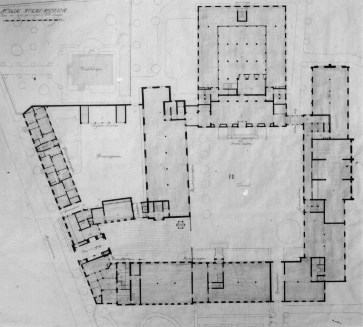 Plantegninger, fra 1925, fra arkitektene Bjercke og Eliassen. Utkast til nye museumsbygninger. Plan over første etasje.