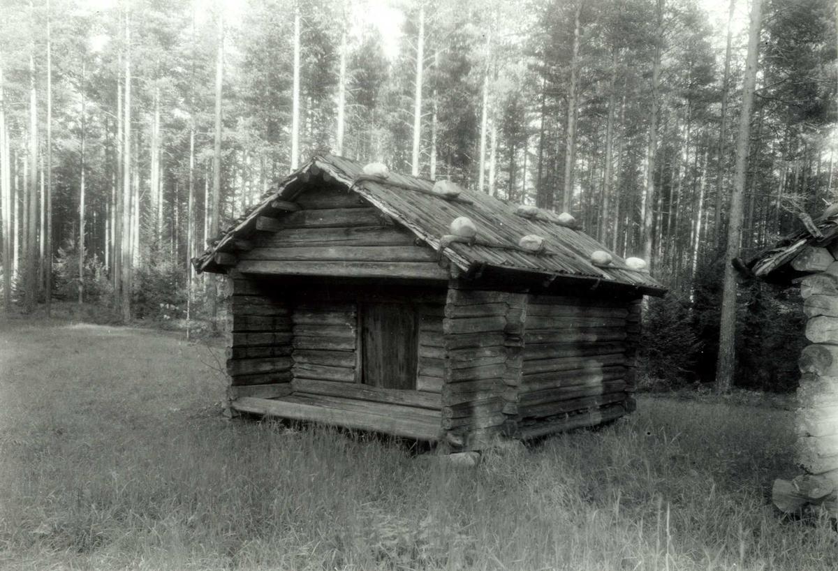Rundhaugen, Grue, Hedmark. Bu med stein på taket. Nå på Glomdalsmuseet, Finntorpet.