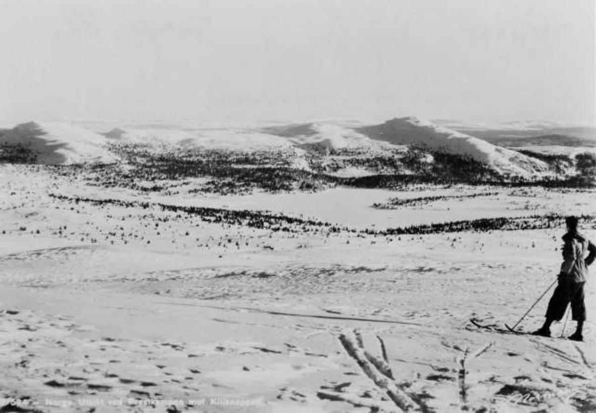 Avfotografert postkort. Utsikt ved Prestkampen mot Kiliknappen. En enslig skiløper står på høyfjellet og ser utover viddene.