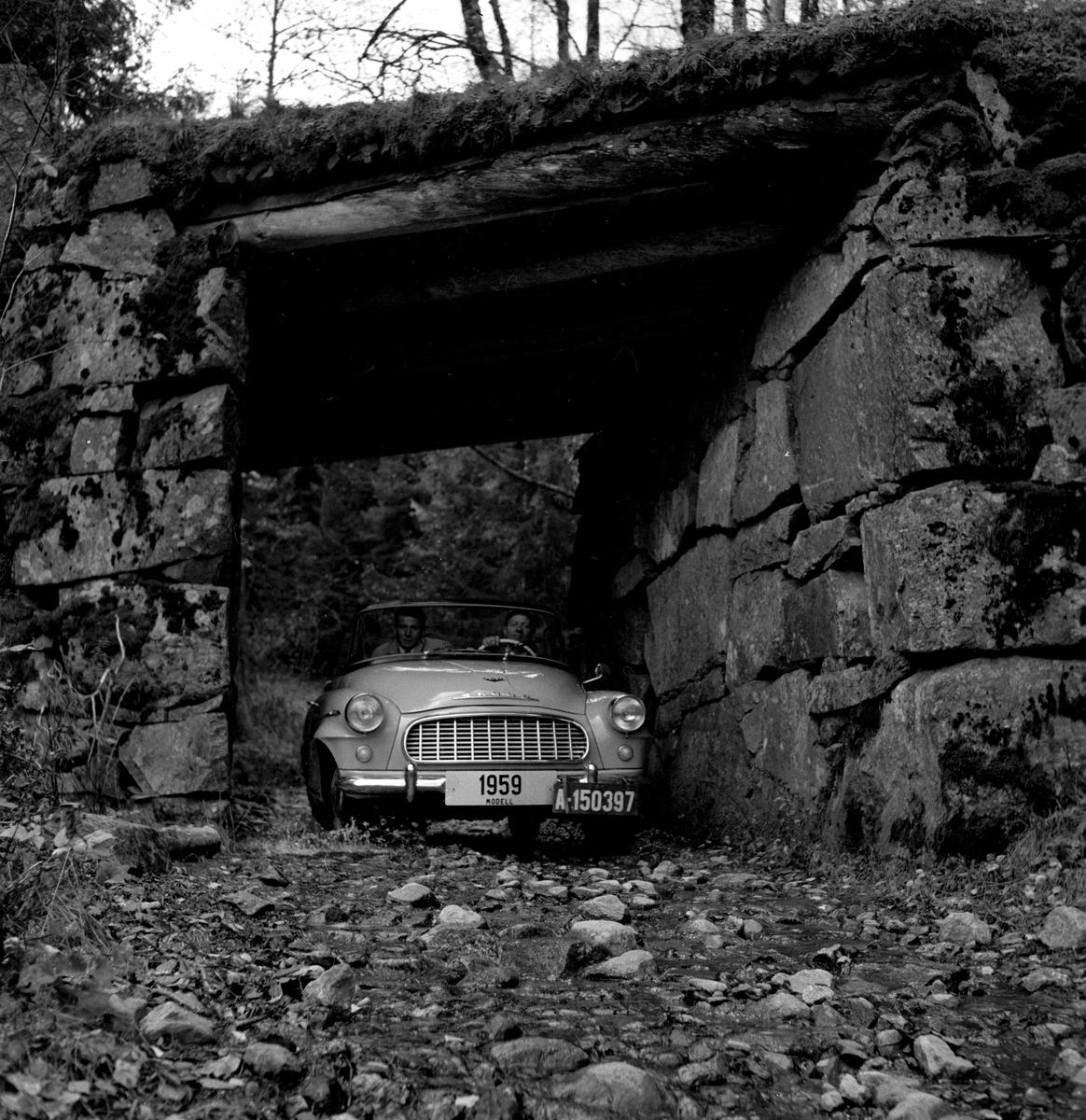 Skoda S450 cabriolet, 1959 modell, under en steinbro. Fotografert oktober 1958.