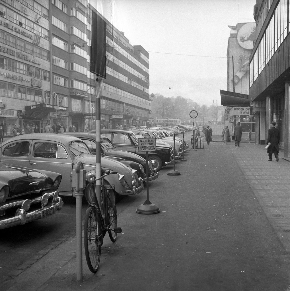 """Biler parkert ved trafikkskilt """"Parkering kun for kommunens tjenestebiler, Olav Vs gate, Oslo."""
