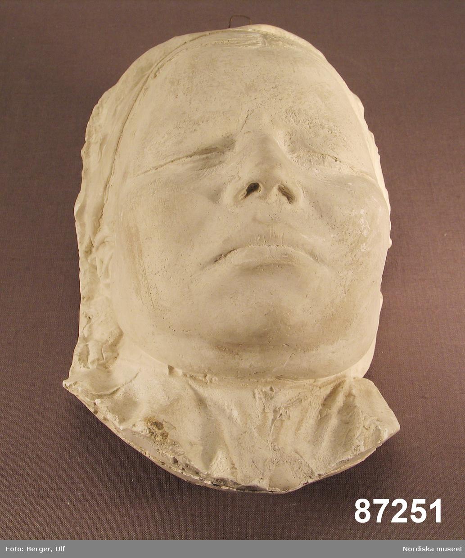 """Huvudliggaren: """"Gipsmask. Framställande lapsk kvinlig typ. Tagen 1899 å Skansen af med. doktor A. Greeff från Berlin i antropologiskt syfte. Masken är utförd efter förutnämnde [se 87.250 Gipsmask] Nejrla Macke Årens hustru Anna Mattisson från Frostviken i Jämtland. G[åva] af med. doktor A. Greeff, Berlin. 17/10 1899."""""""