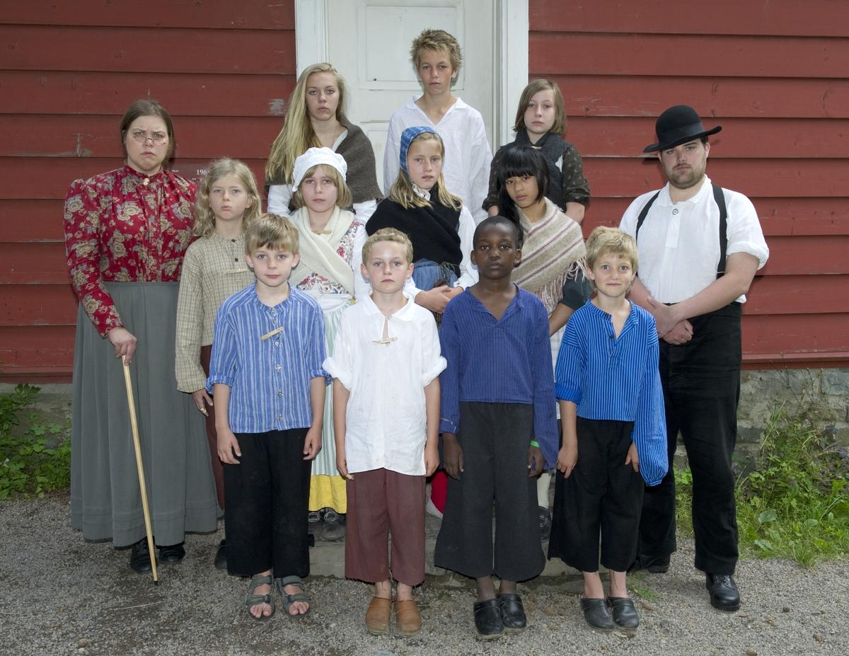 På historisk ferieskole får barn kjennskap til tradisjoner og historie gjennom opplevelser, lek og læring.Klassebilde. Ferieskolen på Norsk Folkemuseum 25. juli 2012.