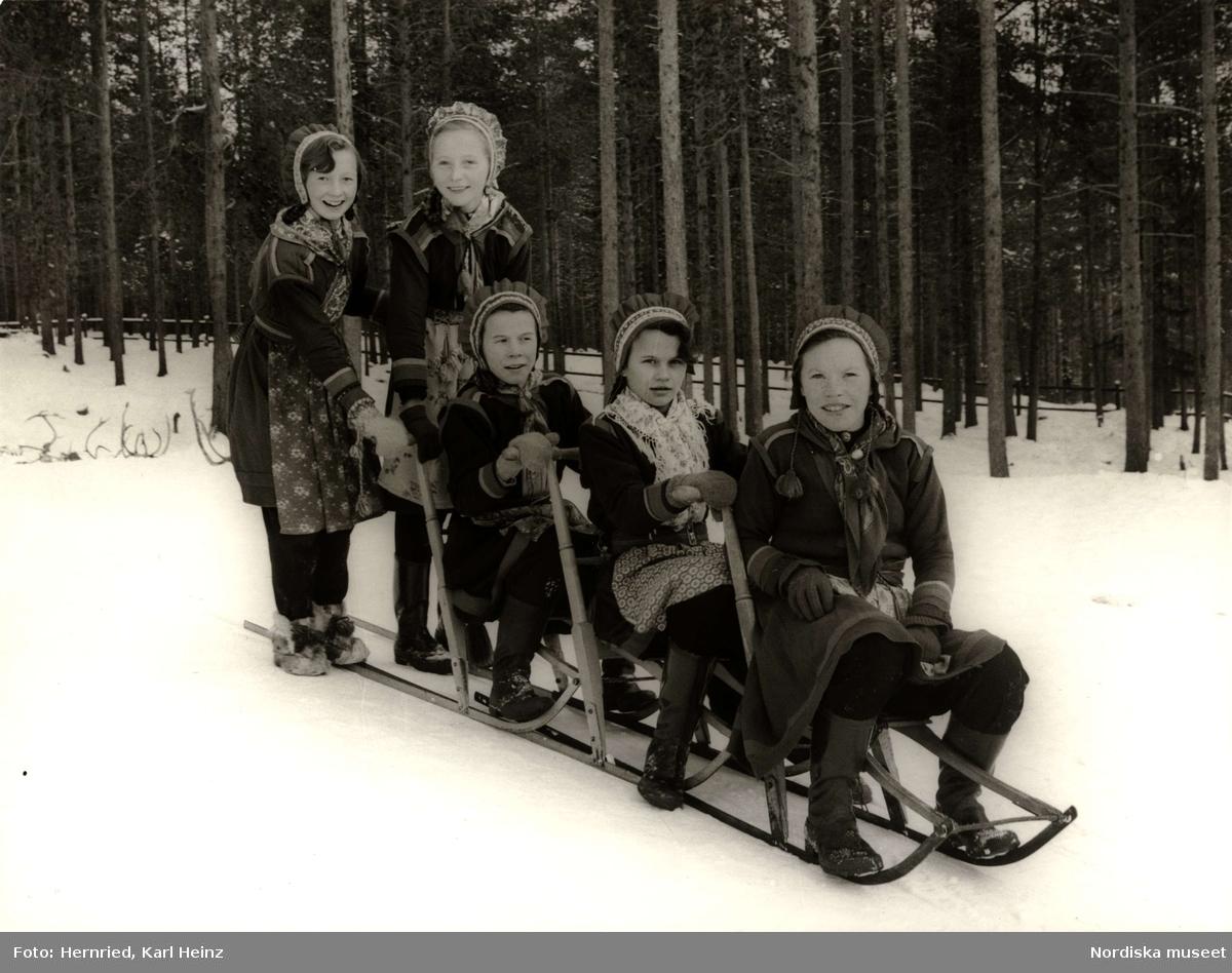 """Nomadskolan i Gällivare, Lappland. Sameflickor åker """"tåg"""" med sparkar"""