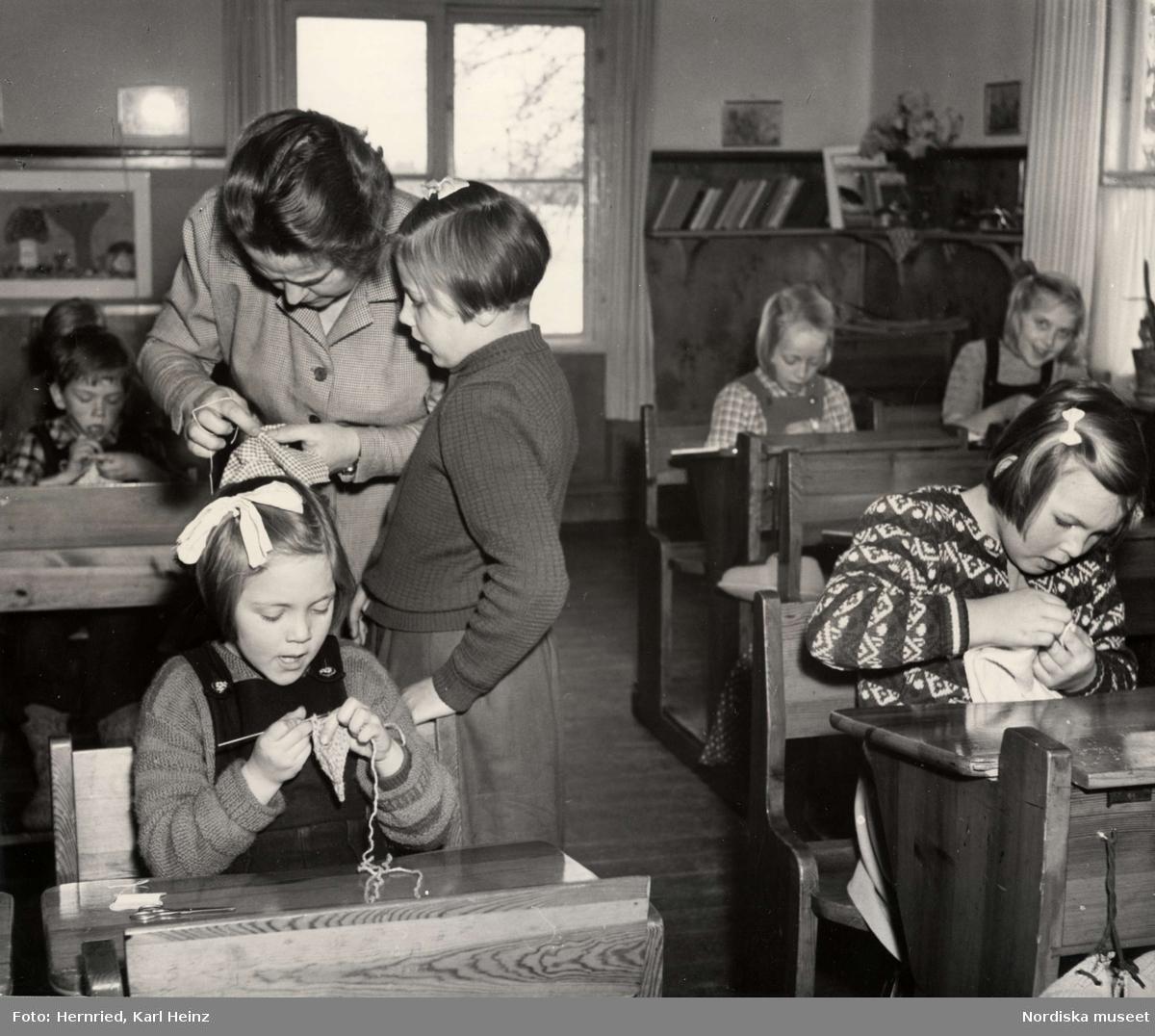 Löddby folkskola i Uppland. Lektion i textilslöjd
