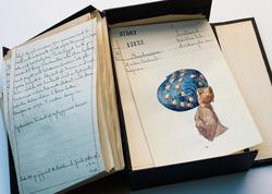 Katalogkort över bindmössor i Nordiska museets samlingar