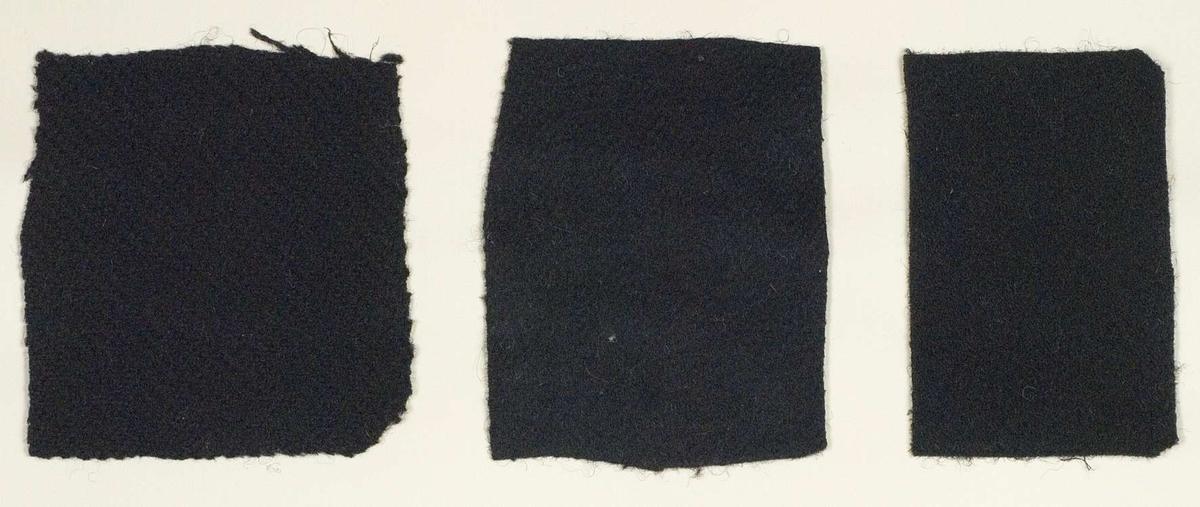 """Vävprover i ylle, 9 blad innehållande sammanlagt 26 st prover. Ylleproverna är vävda företrädesvis i kypert och tuskaft. De är till största del enfärgade i svart, grått och brunt. Största provet 10,5 x 28 cm, minsta provet 4,5 x 3,5 cm. Vävproverna är uppklistrade på kartonger i storleken 22 x 28 cm. I övre högra hörnet finns en stämpel """"Uppsala läns hemslöjdsförening"""" och ett handskrivet nummer, """"A.1287."""""""