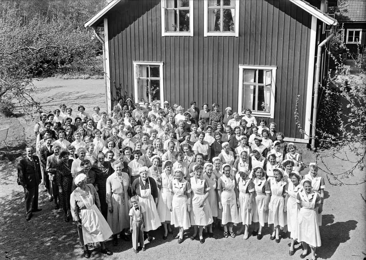 Examen vid Kumlans Lanthushållsskola, Tensta socken, Uppland maj 1954
