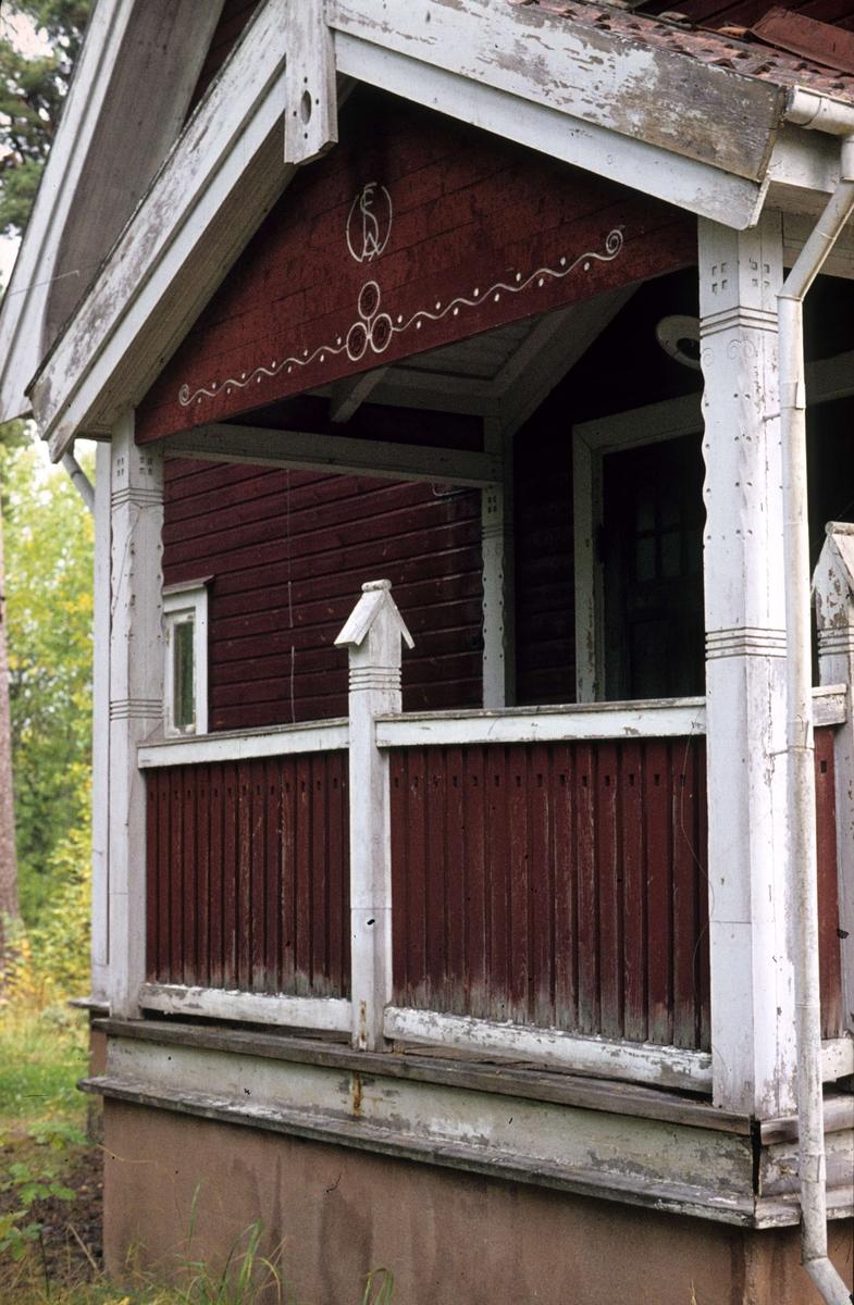 Veranda på arbetarbostad vid Lillgysingen, nordväst om Untra kraftverk, Söderfors socken, Uppland 1977