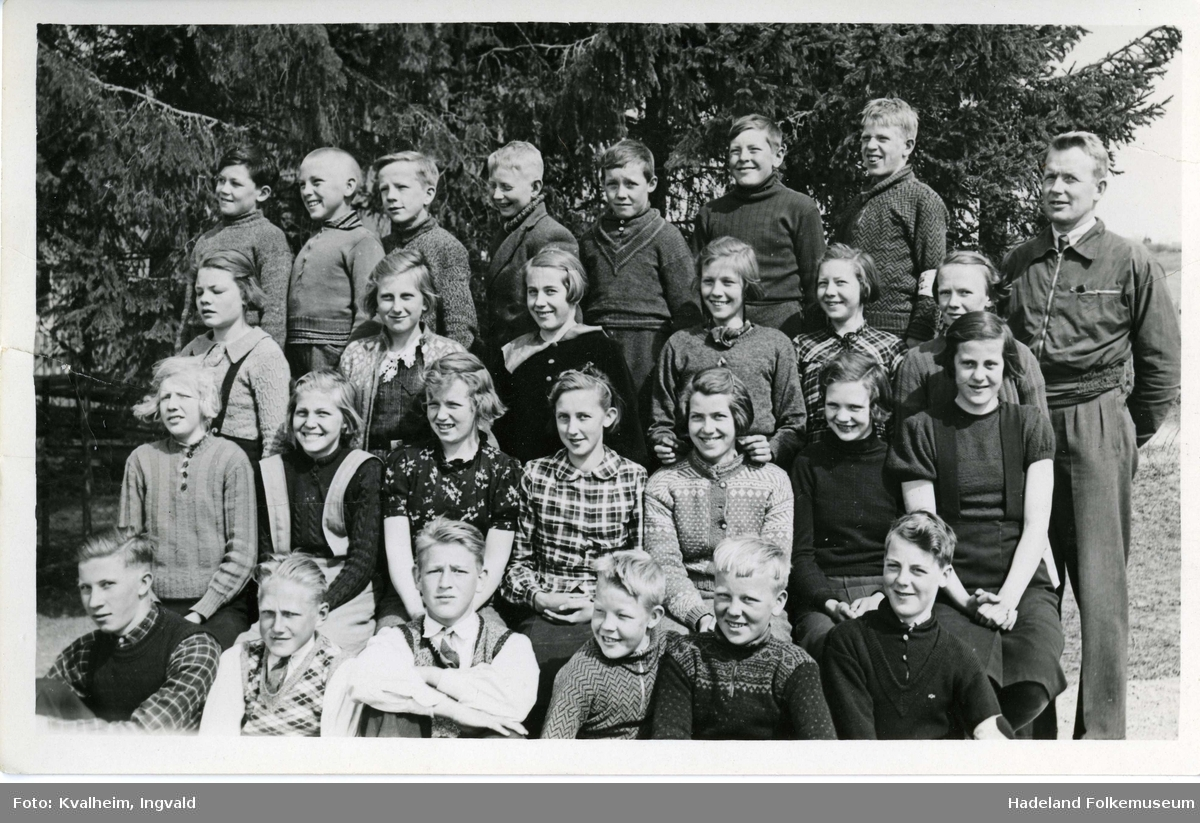 Klassebilde fra Leikvoll skole 1937/38 4. - 6. og 7. klasse med lærer Ingvald Kvalheim