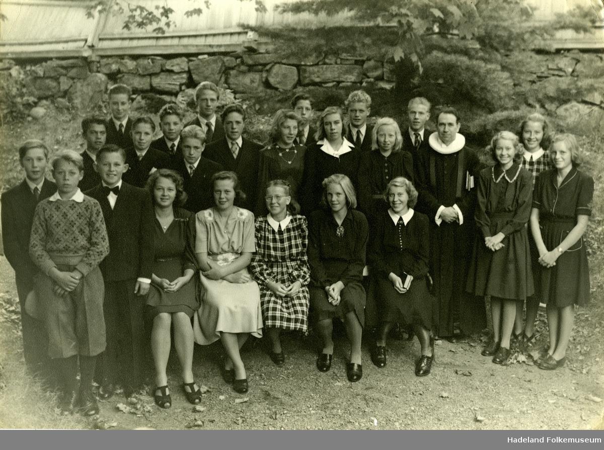 Konfirmanter og sogneprest Finn M. Huseby ved Nes kirke oktober 1947, overhøringsdagen.
