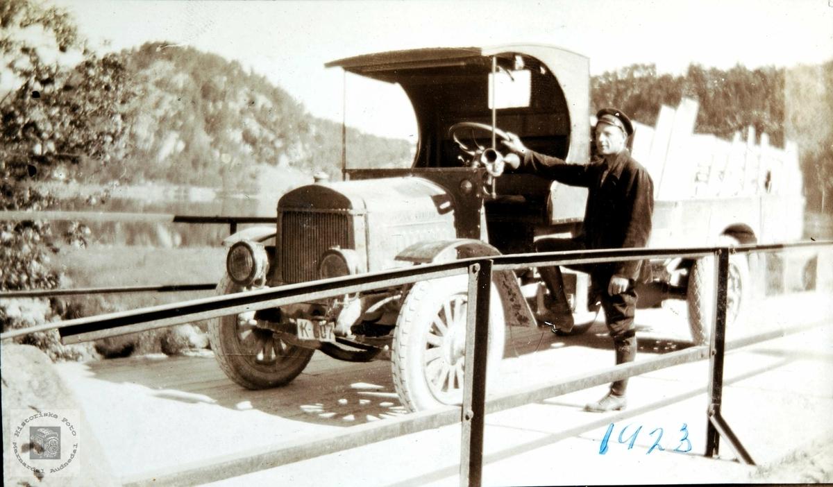 Lastebilen, K-607, på brua i Ågedalstø/ Øygarden i Bjelland senere Audnedal. K-607 står ikke i Bilboken for Norge 1922 og 1925, men i 1927-utgaven dukker nummeret opp på den uvanlige amerikanske lastebilen Day-Elder, eier I.G. Byremo, Grindheim.