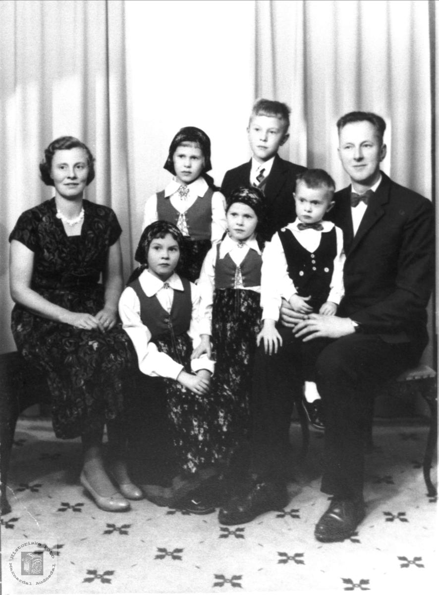 Familieportrett av Knut og Mari Stedjan med familie, Bjelland.