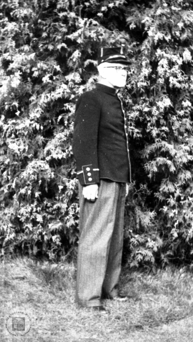 Portrett av Gunnar Abelset utkledd som lensmann. Bjelland.