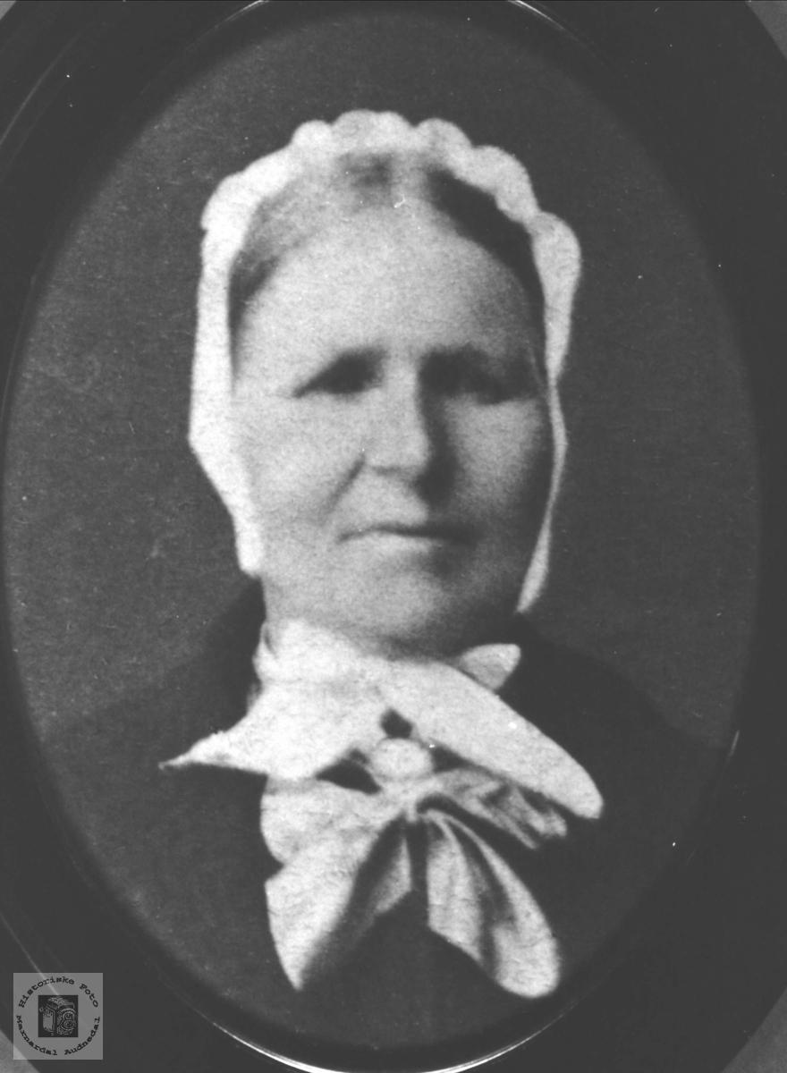 Portrett av Marte Hessmyr, gift Brunvatne, Øyslebø.