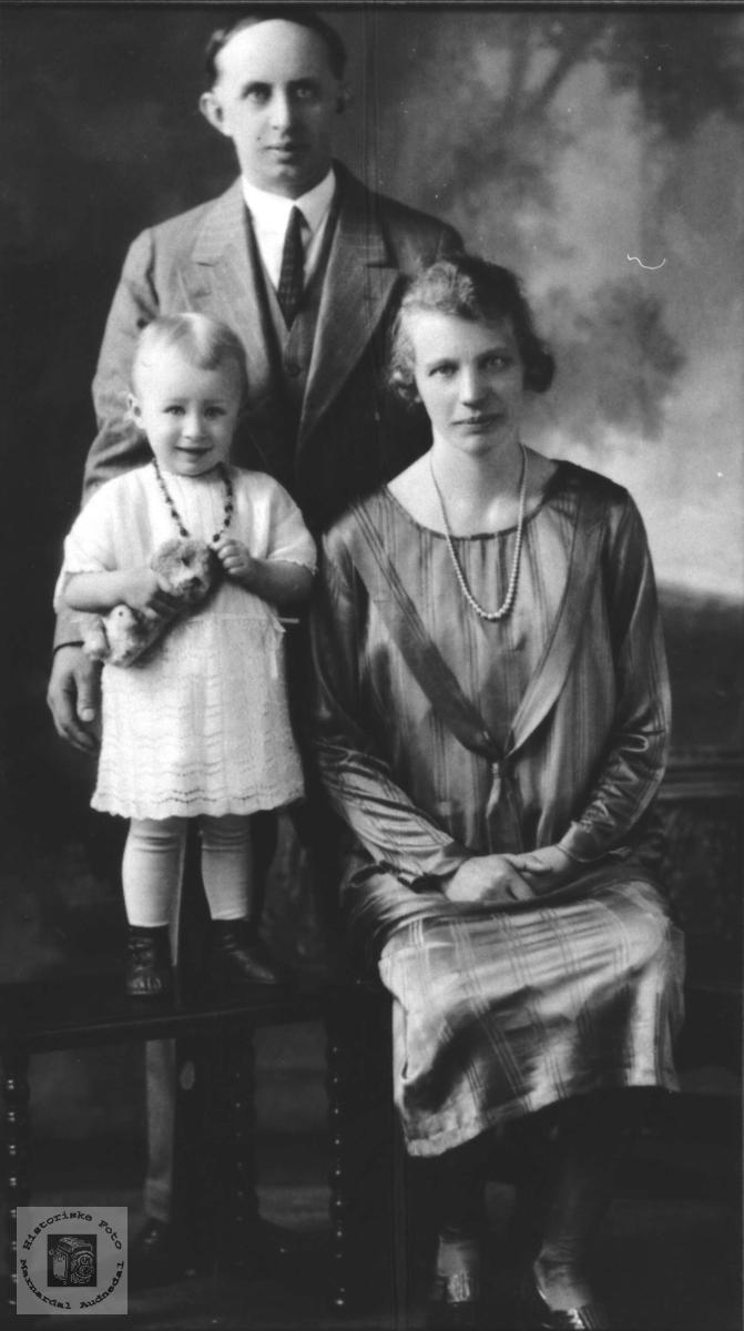 Familiebilde av Ragnvald, Ragna og Søverine Repstad