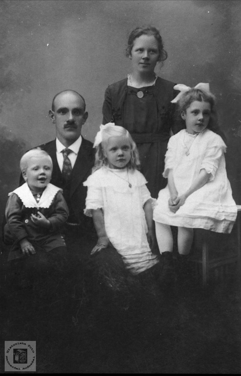 Portrett av familiegruppe Usland, Øyslebø.