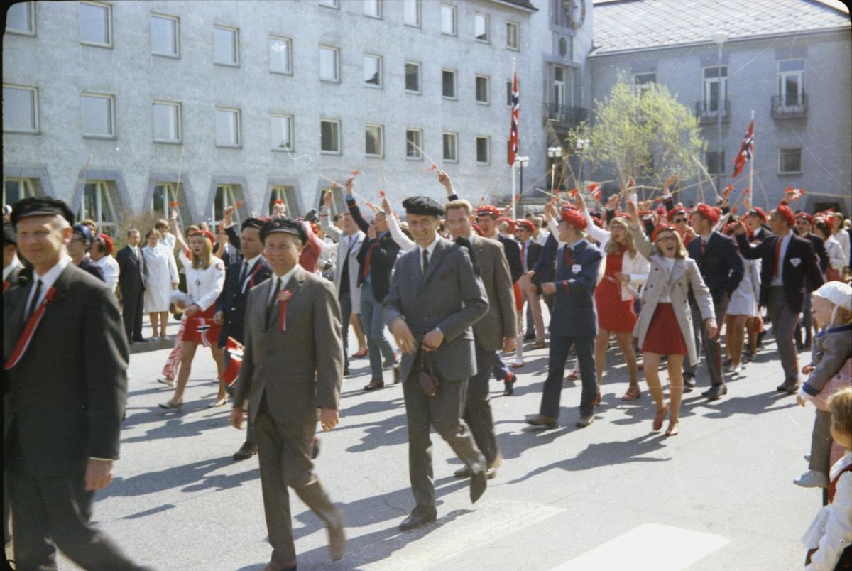 17. mai, Elverum. 1970. Ved rådhuset. Russ.